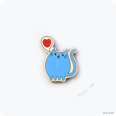 """Значок деревянный """"Котик с сердечком"""" (арт. 025) — фото, картинка"""