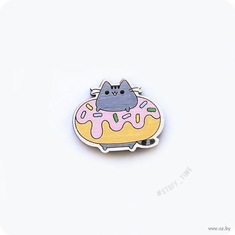 """Значок деревянный """"Котик в пончике"""" (арт. 022) — фото, картинка"""