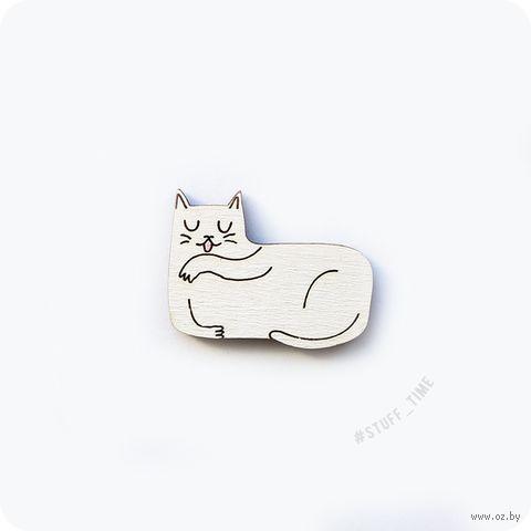 """Значок деревянный """"Вылизывающийся котик"""" (арт. 218) — фото, картинка"""