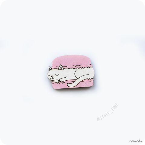 "Мини-брошка деревянная ""Котик в макаруне"" (арт. 219, розовая) — фото, картинка"