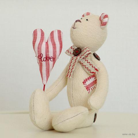 """Кукла ручной работы """"Медвежонок"""" (плюшевый белый с сердцем и заплаткой) — фото, картинка"""